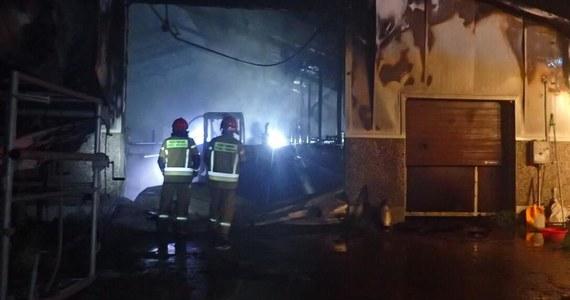 Nocą wybuchł pożar w gospodarstwie rolnym w Bartnikach w powiecie Lidzbark Warmiński. Spłonęła obora, w której było 150 sztuk bydła. Zdołano uratować tylko 4 zwierzęta. Spalił się także ciągnik rolniczy - poinformowała straż pożarna. Straty wstępnie oszacowano na 2 mln zł.