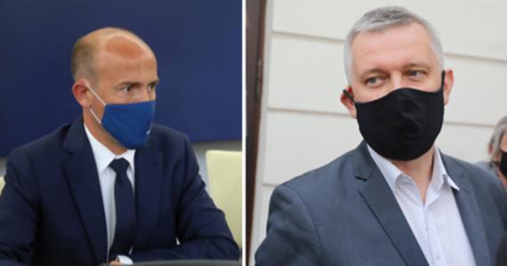 Donald Tusk wezwał na rozmowę Borysa Budkę i Tomasza Siemoniaka w związku z niezachowaniem należytych standardów, jakich oczekuje się od wiceprzewodniczących PO. Po spotkaniu obaj oddali się do dyspozycji szefa Platformy Obywatelskiej.