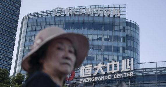 Chiński potentat na globalnym rynku nieruchomości Evergrande wynegocjował umowy w sprawie spłaty odsetek od zadłużenia. To szansa na uspokojenie obaw o niewypłacalność i ogólnoświatowy chaos finansowy – poinformowała w środę agencja Reutera.