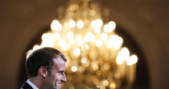 """Prezydent USA Joe Biden uzgodnił z prezydentem Francji Emmanuelem Macronem, że francuski ambasador wróci do Waszyngtonu w przyszłym tygodniu - poinformował Biały Dom. Przywódcy rozmawiali telefonicznie i zgodzili się co do tego, że ogłoszenie paktu bezpieczeństwa AUKUS, zawartego między USA, Australią i Wielką Brytanią, powinno było zostać poprzedzone """"otwartymi konsultacjami"""", co pozwoliłoby uniknąć sporu dyplomatycznego."""