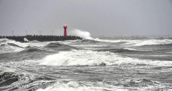 Instytut Meteorologii i Gospodarki Wodnej wydał ostrzeżenie przed sztormem na Bałtyku. Siła wiatru może osiągnąć nawet 10 stopni w skali Beauforta. Wydano także ostrzeżenia pierwszego i drugiego stopnia przed silnym wiatrem dla dwóch województw. Niż, który dziś będzie rozbudowywał się nad Polską, przyniesie również cieplejsze powietrze.