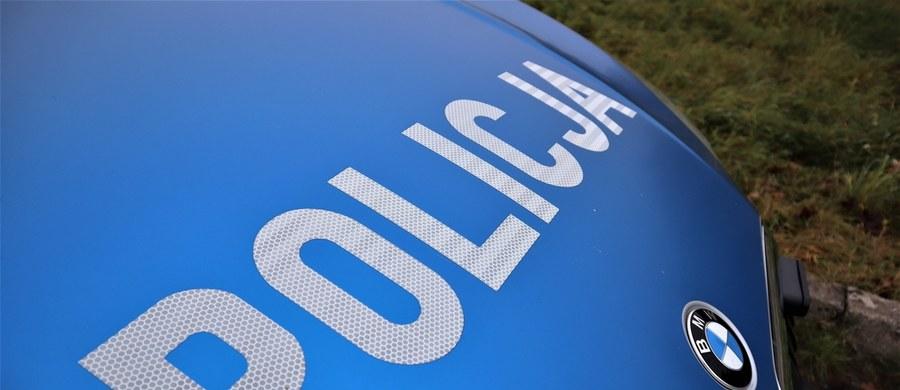 Policja ze Zgierza pod nadzorem prokuratury wyjaśnia okoliczności wypadku, w którym zginął 63-latek. Mężczyzna miał pomóc kierowcy MAN-a przejechać przez zagradzający drogę przewód linii komunikacyjnej.