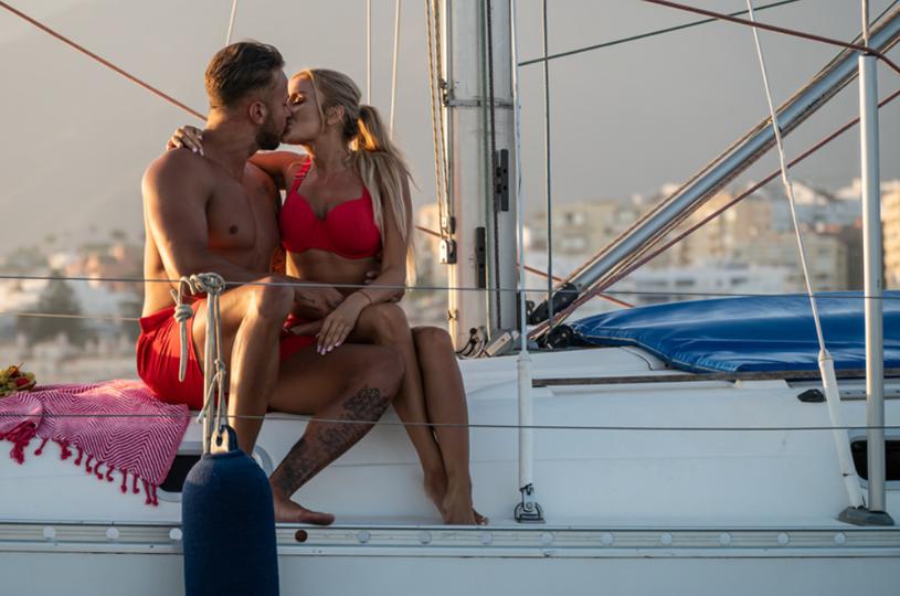 """W programie """"Love Island. Wyspa Miłości"""" sporo ostatnio się dzieje. Po ostatnim przeparowaniu w reality show rywalizuje czternaście osób, czyli siedem par. W 21. odcinku co najmniej trzy serca zostały złamane. Nie zabrakło ostrych słów. Co dzieje się w show Polsatu?"""