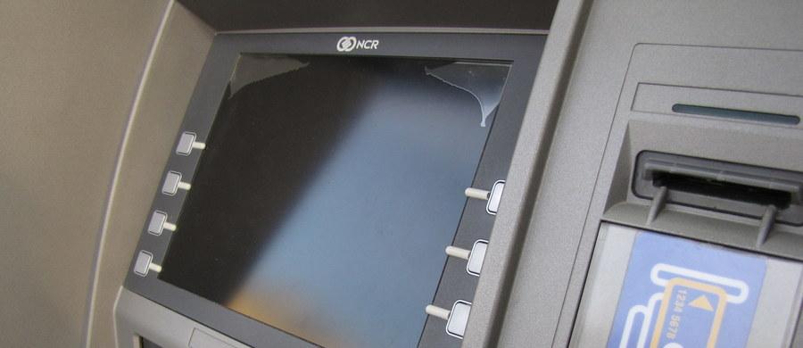 Nieznani sprawcy wysadzili bankomat znajdujący się na ścianie jednego z marketów w Kwilczu. To już kolejne takie zdarzenie w ostatnim czasie. W środę policja informowała o wysadzeniu bankomatów w Obrzycku i Dusznikach w powiecie szamotulskim.