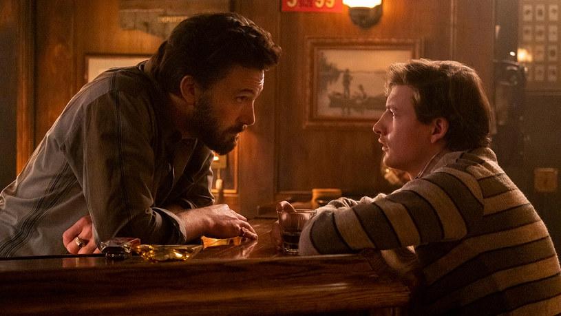 """Właśnie ukazało się pierwsze zdjęcie z nowego filmu George'a Clooneya zatytułowanego """"The Tender Bar"""". Można na nim zobaczyć Bena Afflecka i Tye'a Sheridana, którzy wcielają się w produkcji w główne role."""