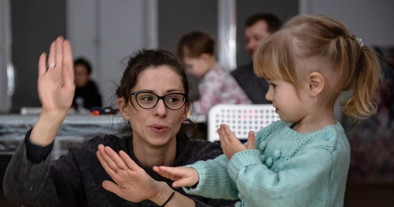 Posługują się nim osoby głuche i ich bliscy, ale coraz częściej uczą się go także lekarze i urzędnicy. Dziś obchodzony jest Międzynarodowy Dzień Języków Migowych. O różnicach między miganiem a innymi językami Marlena Chudzio rozmawiała z Beatą Ziarkowską-Kubiak - tłumaczką i lektorką polskiego języka migowego.