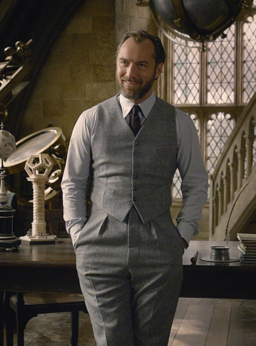 """Wiemy już, jaki tytuł będzie nosiła trzeciej odsłony niezwykle popularnej serii """"Fantastyczne zwierzęta"""". Brzmi on """"Fantastic Beasts: The Secrets of Dumbledore"""", czyli """"Fantastyczne zwierzęta: Sekrety Dumbledore'a""""."""