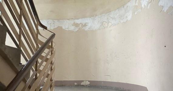 Zarzut zabójstwa usłyszał 35-letni Krzysztof K. zatrzymany w związku ze śmiercią mieszkańca Ostrowca Świętokrzyskiego. Zakrwawione ciało 41-latka znaleziono na klatce schodowej jednego z bloków.