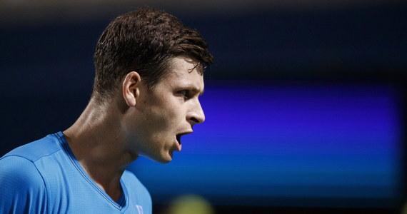 """Rozstawiony z """"jedynką"""" Hubert Hurkacz pokonał reprezentanta gospodarzy Lucasa Pouille 6:2, 6:3 w 2. rundzie halowego turnieju ATP we francuskim Metz (pula nagród 419 470 euro). W ćwierćfinale Polak zmierzy się ze słynnym brytyjskim tenisistą Andym Murrayem."""
