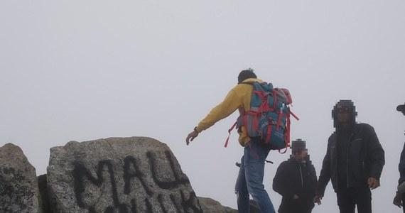 Nie tylko mandat, ale nawet kara więzienia może grozić zagranicznym turystom, którzy w weekend pobazgrali sprayem skały na Świnicy w Tatrach. Kilka godzin później wezwali oni na pomoc TOPR. Na ich tropie są teraz zakopiańscy policjanci.