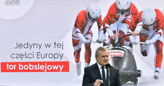 Pierwszy w Polsce tor bobslejowy, kryta pływalnia o wymiarach olimpijskich, tunel śnieżny, hala lodowa i zmodernizowany tor wrotkarki oraz unowocześniony obiekt biathlonowy Duszniki Arena będą tworzyć infrastrukturę nowego Ośrodka Przygotowań Olimpijskich - Centralnego Ośrodka Sportu, który powstaje w Dusznikach-Zdroju. To ósmy w Polsce i siódmy regionalny ośrodek COS.