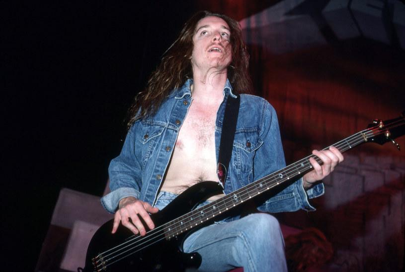 27 września 1986 roku zmarł Cliff Burton, ówczesny basista grupy Metallica. Muzyk zginął w wypadku busa, którym thrashmetalowa formacja wracała z koncertu w szwedzkim Sztokholmie.