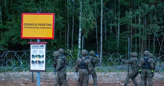 Nie żyje mężczyzna, który był w grupie migrantów zatrzymanych przez straż graniczną w odległości 500 metrów od linii granicy z Białorusią. Jak poinformowała na Twitterze straż, mężczyzn zmarł mimo reanimacji prowadzonej przez patrol oraz zespół karetki pogotowia.