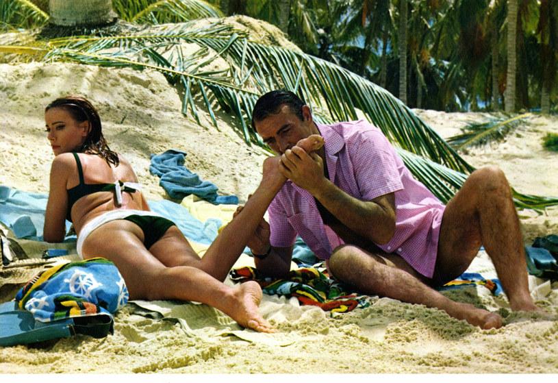 """Cary Joji Fukunaga, twórca najnowszego filmu o Bondzie, czyli """"Nie czas umierać"""", udzielił właśnie wywiadu, w którym skrytykował sposób, w jaki dawniej przedstawiano na ekranie 007. Reżyser potępił zwłaszcza kontrowersyjną scenę z """"Operacji Piorun"""", w której Bond grany przez Seana Connery'ego napastuje jedną z bohaterek."""