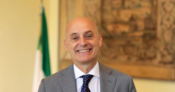 """""""To Ferrari wśród śmigłowców"""" – tak Aldo Amati ambasador Włoch w Polsce zachwala helikoptery #AW139M produkowane w Polsce przez włoską firmę. W rozmowie z dziennikarzem RMF FM Rafałem Miżejewskim przyznaje, że trwają rozmowy na temat zakupu włoskich maszyn przez polską armię. Ambasador mówi także o włoskich inwestycjach w naszym kraju, pandemicznych obostrzeniach wprowadzonych w Italii, sojuszu Salvini-Morawiecki-Orban oraz wolności mediów w Polsce."""