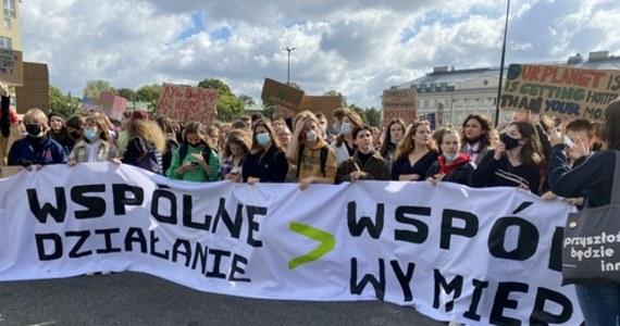 """""""Klimat ponad podziałami"""", """"Wspólne działanie lub wspólne wymieranie"""" - z takimi hasłami ulicami stolicy przeszli dziś uczestnicy Młodzieżowego Strajku Klimatycznego. Protestujący domagali się od rządzących realizacji polityki na rzecz ochrony środowiska. Podobne akcje odbyły się w wielu miastach w Polsce i na całym świecie."""