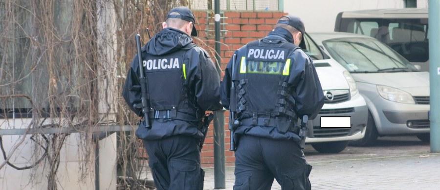 """""""Osiągnęliśmy porozumienie w sposób istotny polepszające sytuację materialną naszych funkcjonariuszy. Jestem przekonany, że będzie ono dobrze odebrane przez wszystkich funkcjonariuszy służb mundurowych podległych MSWiA"""" - oświadczył szef resortu Mariusz Kamiński. Porozumienie - zaakceptowane wcześniej przez policję i Straż Graniczną, a teraz również przez straż pożarną - przewiduje podwyżkę uposażeń od 1 stycznia 2022 roku w kwocie 677 zł brutto, czyli 500 zł na rękę."""
