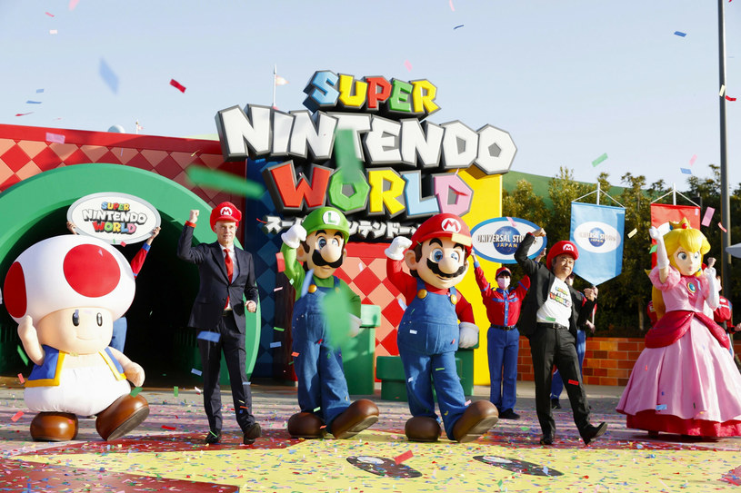 """Kiedy wytwórnia Universal Pictures ogłosiła nazwiska aktorów, którzy użyczą głosu bohaterom animacji opartej na kultowej serii gier wideo od Nintendo, pojawiły się w związku z tym liczne kontrowersje. Jak poinformowano, tytułową postać będzie dubbingował Chris Pratt, Charlie Day wystąpi jako Luigi, natomiast Anya Taylor-Joy wcieli się w postać Księżniczki Peach. Ta obsada nie spodobała się części odbiorców, którzy zarzucają twórcom """"antywłoską dyskryminację"""". Szczególne oburzenie wywołało powierzenie roli wąsatego hydraulika gwieździe """"Jurrasic World"""". """"Naprawdę nie mogliście znaleźć żadnego Włocha?"""" – dopytują fani."""