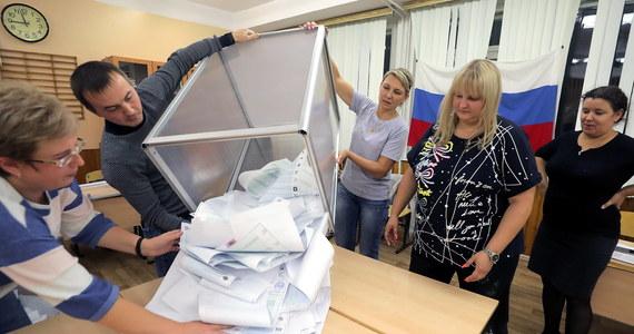 """W poprzedni weekend przeprowadzono w Rosji wybory do Dumy, izby niższej tamtejszego parlamentu. Trudno jednak powiedzieć, że to """"Rosjanie wybrali"""". """"Te wybory zostały zaprojektowane i według tego projektu przeprowadzone ze z góry zaplanowanym wynikiem"""" – mówi RMF FM Katarzyna Pełczyńska-Nałęcz, była ambasador RP w Moskwie. Choć ten wynik osiągnięto z trudem, Kreml nie zrezygnuje z zaostrzania represyjnej polityki."""