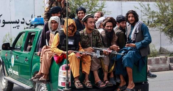"""Departament Stanu USA potępił oświadczenie jednego z talibskich przywódców mułły Norudina Turabiego, który w rozmowie z AP powiedział, że władze Afganistanu wrócą do takich praktyk jak obcinanie rąk czy egzekucje. """"Wraz z całą społecznością międzynarodową jesteśmy gotowi do tego, aby pociągnąć sprawców tych nadużyć do odpowiedzialności"""" - powiedział w piątek rzecznik Departamentu Stanu Ned Price."""