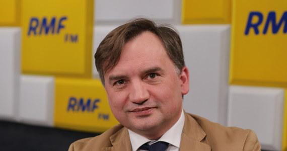 """""""Spór o Turów trzeba widzieć w szerszym kontekście wojny o energetykę, która odbywa się w Europie. Oczywiście to nie jest tak przedstawiane - mówi się o idei obrony klimatu. Ale tak naprawdę jest to wielka operacja Niemiec i Rosji"""" - mówi Gość Krzysztofa Ziemca Zbigniew Ziobro pytany o spór wokół kopalni Turów.""""Rzecz zmierza do tego, aby Polska w większym stopniu była zależna i kupowała, płaciła, aby ktoś na tym zarabiał. Tak naprawdę, jeśli ktoś nie wie o co chodzi, to chodzi o pieniądze"""" - dodaje minister sprawiedliwości i prokurator generalny. """"Polska do tej pory była samodzielna energetycznie, posiadała duże zasoby węgla. Polityka klimatyczna sprawia, że UE nakłada parapodatek i produkcja węgla przestaje się opłacać"""" – ocenia Ziobro."""