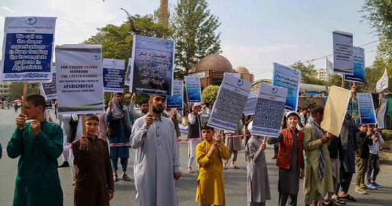 Setki Afgańczyków protestowało w Kabulu, domagając się od Stanów Zjednoczonych odmrożenia rezerw banku centralnego. W kraju brakuje pieniędzy służących do codziennego rozliczania się. Banki komercyjne ograniczają wypłaty, sporo firm i organizacji nie jest w stanie zapłacić swoim pracownikom, problemy są także z kupowaniem produktów z zagranicy.