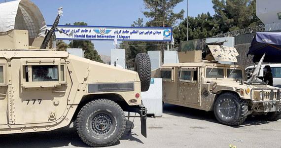 Talibowie powiesili ciało człowieka na dźwigu na głównym placu miasta Herat, położonego na zachodzie Afganistanu - informuje  Associated Press powołując się na świadka. Trzy inne ciała talibowie przewieźli w inne rejony miasta, by pokazać je publicznie.