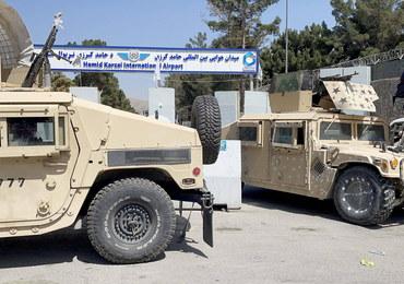 Talibowie ukarali porywacza. Powiesili jego ciało na dźwigu