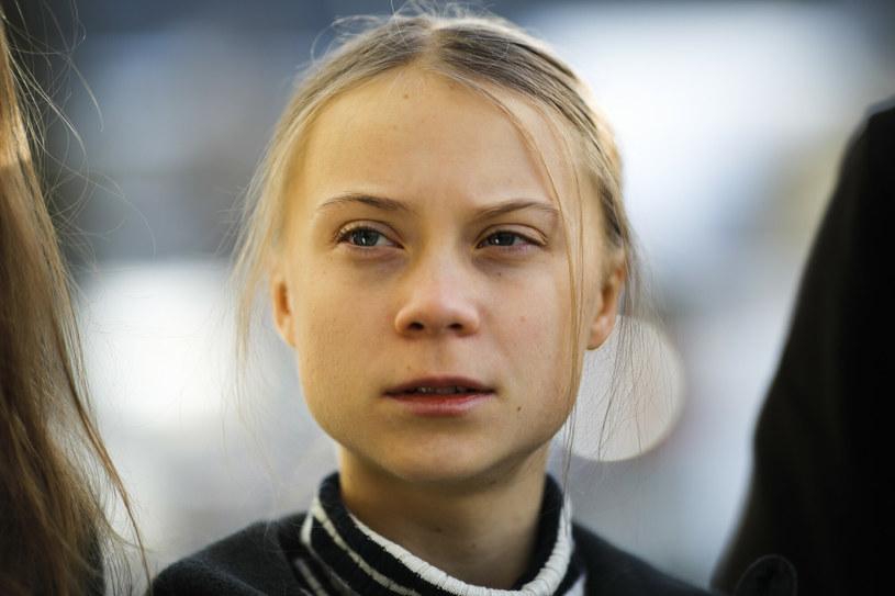 """""""Żyjemy, jakbyśmy mieli do dyspozycji kilka Ziem. Czasami mam wrażenie, że tylko my, osoby z autyzmem lub zespołem Aspergera, potrafimy to dostrzec"""" – mówi Greta Thunberg, szwedzka nastolatka, która stała się głosem i ikoną ruchu na rzecz planety. Najbardziej kochaną i najbardziej wykpioną aktywistką świata, jak to bywa z posłańcami, zwłaszcza złych wieści. Kim jest i jak wygląda jej codzienność? Film """"Jestem Greta"""" po części odpowiada na te pytania i pozwala nam towarzyszyć jej w walce. Bo drugiej planety nie mamy w zapasie."""