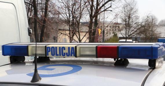 Policja szuka kierowcy samochodu, który w nocy śmiertelnie potrącił 54-letniego motorowerzystę. Do wypadku doszło w miejscowości Słomków Suchy w woj. łódzkim.