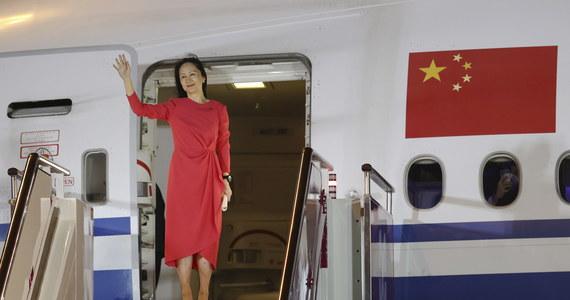 Tłumy ludzi z czerwonymi flagami, skandujących patriotyczne hasła powitało na lotnisku w Shenzhen powracającą do Chin wiceprezes koncernu Huawei Meng Wanzhou. Kobieta przez niemal trzy lata przebywała w areszcie domowym w Kanadzie, w oczekiwaniu na ekstradycję do USA.