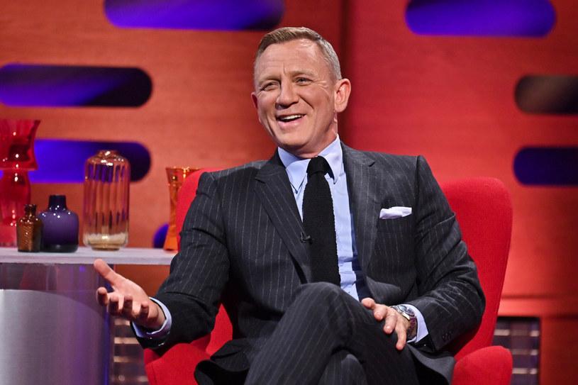 Daniel Craig, który pięciokrotnie zagrał rolę Jamesa Bonda, został wyróżniony w niezwykły sposób. Aktorowi nadano honorowy stopień komandora porucznika Royal Navy. W ten sposób symbolicznie  zrównał się stopniem z fikcyjnym agentem 007, który też jest komandorem.
