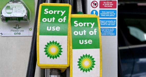 Przed stacjami benzynowymi w Wielkiej Brytanii tworzyły się w sobotę długie kolejki. Jedna z sieci zaczęła racjonować sprzedaż benzyny. Przyczyną tych problemów jest brak kierowców cystern dostarczających paliwo. Rząd rozważa ułatwienia wizowe dla pracowników branży transportowej.