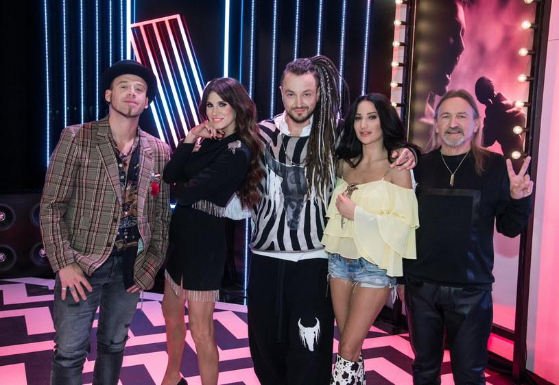 """Jednym z najbardziej komentowanym momentów piątego odcinka """"The Voice of Poland"""", był ten, w którym z programem pożegnała się Julia Marcinkowska. Widzowie twierdzą, że taka decyzja trenerów była poważnym błędem."""