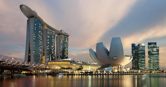 """Singapur od poniedziałku wprowadza nowe restrykcje związane z pandemią koronawirusa. Wszędzie, gdzie to możliwe, obowiązywać będzie praca zdalna. Spotkania zostaną ograniczone do dwóch osób. Wszystko dlatego, że w kraju rośnie liczba zakażeń. Zaostrzenie ograniczeń jest wbrew temu, co zapowiadały władze w czerwcu, kiedy mówiły, że będą traktowały Covid-19 jak """"zwykłą chorobę""""."""