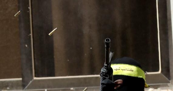 """Wojsko izraelskie zestrzeliło w niedzielę niemiecką nazistowską flagę, którą nieznani sprawcy zawiesili na linii energetycznej w mieście Beit Ummar na Zachodnim Brzegu Jordanu - informuje """"Jerusalem Post"""". W starciach z izraelskimi żołnierzami zginęło tego dnia pięciu palestyńskich bojowników."""