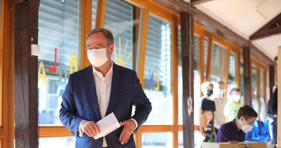Wybory federalne w Niemczech muszą być powszechne, wolne, bezpośrednie, równe i tajne. Tymczasem kandydat chadecji na kanclerza Armin Laschet nie złożył prawidłowo swojej karty do głosowania i widać było, na kogo zagłosował w niedzielę - informują niemieckie media.