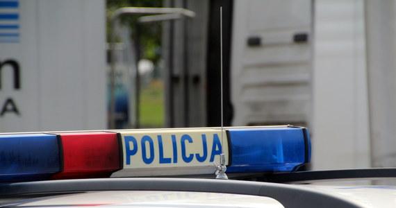 Policja szuka sprawców wysadzenia bankomatu w Poniecu (Wielkopolskie), do którego doszło dziś w nocy. Sprawcom udało się zabrać z maszyny pieniądze.
