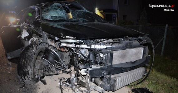 Policjanci mikołowskiej drogówki zostali wezwani do wypadku, w którym kierujący mercedesem zjechał z drogi i uderzył w drzewo. 20-letni mężczyzna był już wcześniej znany mundurowym, bo kilka miesięcy temu pijany prowadził samochód. Tym razem także wsiadł za kierownicę pod wpływem alkoholu – miał w organizmie blisko 2 promile alkoholu.