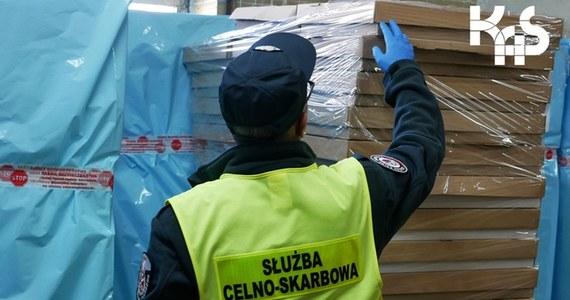 Ponad 1,9 mln nielegalnych papierosów znajdowało się w ciężarówce, która - zgodnie z dokumentacją przewozową - miała transportować bakalie. Kierowca usłyszał zarzut popełnienia przestępstwa skarbowego.