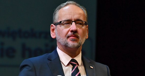 Przy tej liczbie zakażeń nie przewidujemy zmian w restrykcjach - poinformował minister zdrowia Adam Niedzielski. Na październik przygotowaliśmy projekt rozporządzenia Rady Ministrów, który przewiduje przedłużenie dotychczasowych restrykcji - dodał.
