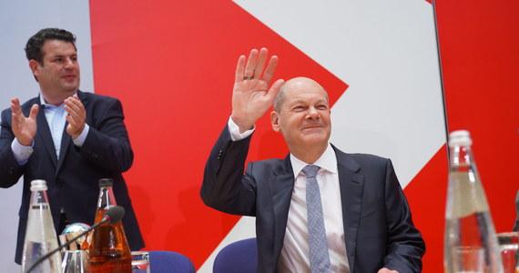 """Kandydat socjaldemokracji - zwycięzcy wczorajszych wyborów w Niemczech - Olaf Scholz zapowiada stworzenie koalicji z Zielonymi i FDP. Jednocześnie zastrzega, że to potrwa, a Niemcy będą mieć nową koalicję """"przed świętami"""". Scholz to teraz najpopularniejszy polityk w Niemczech, który """"upodabnia się bardzo mocno do Angeli Merkel"""" - mówi RMF FM Michał Kędzierski, specjalista od spraw niemieckich z Ośrodka Studiów Wschodnich. Przyznaje w rozmowie z naszym dziennikarzem Michałem Zielińskim, że lider SPD nie ma doświadczenia w stosunkach z Polską, ale że blisko współpracuje z polityk, która od lat działa w Fundacji Współpracy Polsko-Niemieckiej i mówi po polsku."""