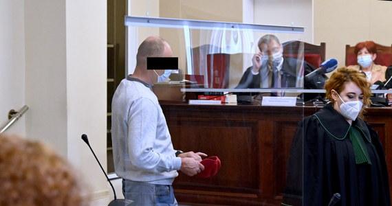 W Sądzie Okręgowym w Szczecinie zapadł wyrok w sprawie makabrycznej zbrodni sprzed blisko 20 lat. Czterech mężczyzn było oskarżonych o zabicie mężczyzny i zjedzenie fragmentów jego ciała. Zwłok ofiary nigdy nie znaleziono, nie ustalono nawet jego personaliów.
