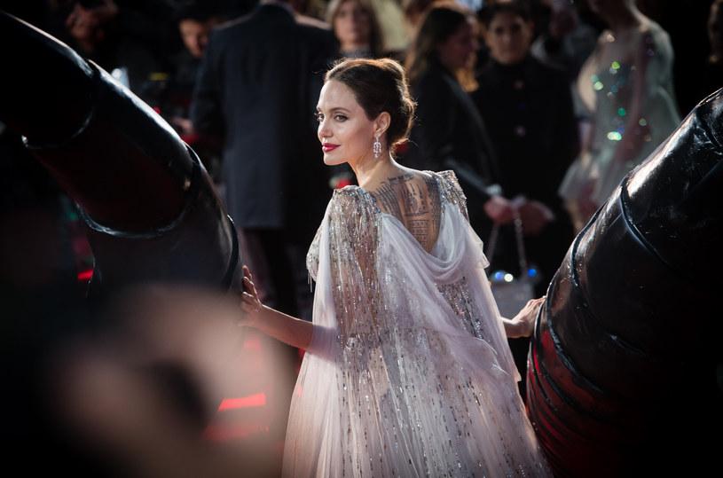 O słynnej aktorce ostatnio głośno jest głównie z powodu jej starań o zdobycie wyłącznej opieki nad szóstką dzieci, o którą walczy od pięciu lat z Bradem Pittem. Batalie z byłym mężem nie pochłaniają jej jednak na tyle, by nie miała czasu na szukanie nowej miłości. Czy nowym wybrankiem Angeliny Jolie będzie młodszy od niej o 15 lat The Weeknd? Wiele na to wskazuje, bowiem parę znów widziano na romantycznej randce.