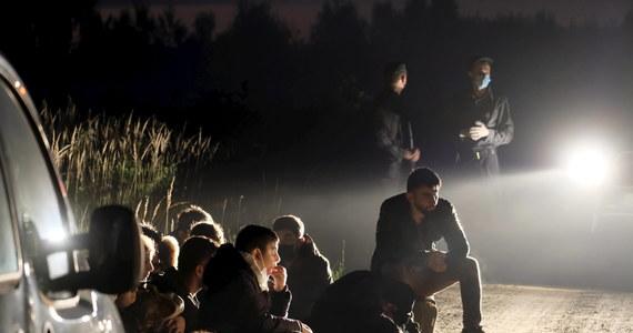 Szokujące szczegóły działania białoruskich służb wobec imigrantów, którym reżim Łukaszenki oferuje ułatwienie wyjazdu na zachód Europy. Reporter RMF FM poznał treść wyjaśnień czterech Syryjczyków, których policjanci zatrzymali koło Ożarowa Mazowieckiego. Funkcjonariusze mieli pobić i okraść mężczyzn.