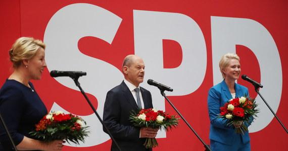 Socjaldemokraci z SPD zdobyli 25,7 proc. głosów i wygrali wybory do Bundestagu - wynika z oficjalnych rezultatów wyborów w Niemczech. Chadecy z CDU/CSU uzyskali 24,1 proc.