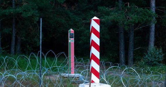 16-latni Irakijczyk zmarł w okolicy polsko-białoruskiej granicy w nocy z piątku na sobotę. Według ustaleń Fundacji Ocalenie, wcześniej chłopcu udało się przekroczyć razem z całą rodziną polską granicę, jednak zostali wypchnięci z powrotem na białoruską stronę przez Straż Graniczną. Sprawę opisał portal Onet.