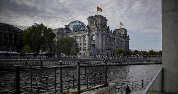 """""""Trudno powiedzieć, jaki będzie scenariusz w najbliższych tygodniach. Zieloni i FDP - to te dwie partie zdecydują, kto zostanie kanclerzem. Negocjacje będą długie"""" - mówi w rozmowie z RMF FM Tomasz Badowski z wydziału politycznego polskiej ambasady w Berlinie. Po raz pierwszy w historii, niemieckie wybory parlamentarne nie dały odpowiedzi na najbardziej trapiące wszystkich pytanie: kto będzie rządzić Niemcami? Ani zwycięska SPD, ani CDU/CSU, która zajęła drugie miejsce w wyborach, nie mają mandatu do samodzielnego rządzenia. Będą potrzebować więcej niż jednego koalicjanta."""