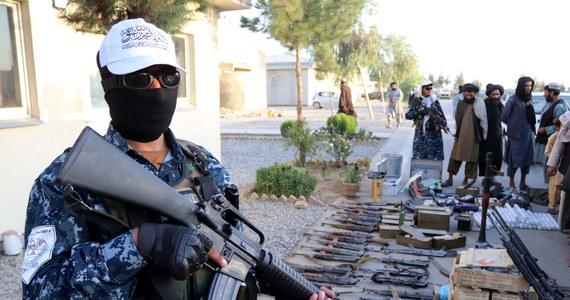 Około 100 obywateli Stanów Zjednoczonych i stałych rezydentów USA, wciąż znajdujących się w Afganistanie, jest gotowych na powrót do kraju - przekazał wysoki rangą urzędnik Departamentu Stanu.