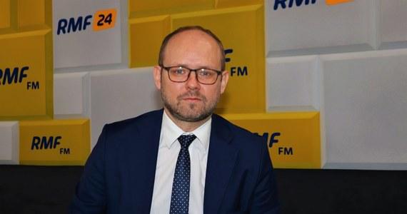 """""""Myślę, że nie ustały powody, dla których stan wyjątkowy został wprowadzony w pasie przygranicznym. Decyzja należy do prezydenta, ale spodziewać się należy, że ten stan zostanie przedłużony"""" – mówił w Porannej rozmowie w RMF FM wiceszef MSZ Marcin Przydacz. Powiedział, że prowadzone są także rozmowy z Białorusią w sprawie sytuacji na granicy. """"Niestety, strona białoruska zachowuje się nie tyle niekonstruktywnie, co destrukcyjnie. Prowadzi celowe działania, nazywamy je hybrydowymi, wysyłając migrantów, celem spowodowania kryzysu migracyjnego na granicy Unii Europejskiej"""" – tłumaczy. """"W większości mówią, że pojawili się jacyś migranci, pojawili się nie wiadomo skąd, to jest nasz problem, trzeba się nimi zająć w sensie humanitarnym, próbują wywołać, akcelerować debatę wewnętrzną po naszej stronie. To jest postawa trochę przypominająca człowieka grającego nieświadomość"""" – dodał. Wiceszef dyplomacji uważa, że działania Białorusi mogą się zakończyć, jeśli kraj nie """"osiągnie swoich celów politycznych"""" w najbliższym czasie. """"W pewnym momencie dojdą do wniosku, że nie jest to rzecz dla nich opłacalna"""" – powiedział."""